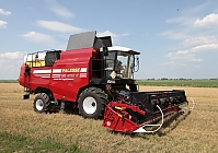 THE FIRST GAS-ENGINE COMBINE HARVESTER IN THE WORLD IS BEING TESTED